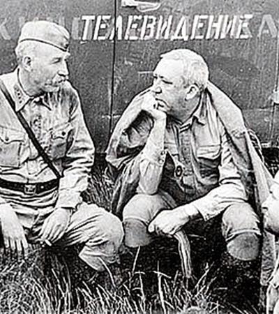Иван Лапиков, Юрий Никулин и Алексей Ванин (слева направо) отдыхают в редкие перерывы между съемками.
