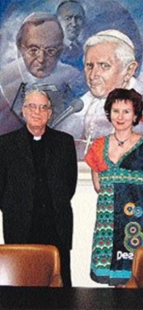 Наш корреспондент Дарья Асламова и представитель Ватикана падре Федерико Ломбарди.
