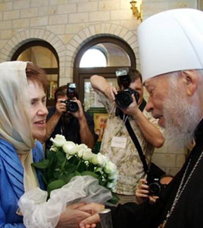 Людмила Янукович подарила митрополиту Владимиру букет белых роз.