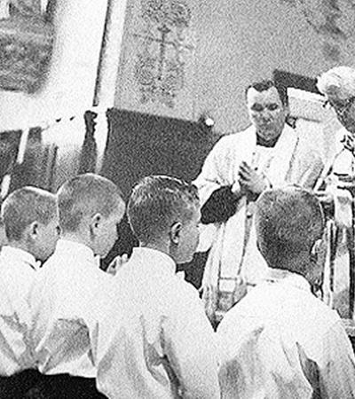 Архивное фото 60-х годов: американский священник Лоуренс Мерфи (на снимке - крайний слева вверху, со сложенными в молитвенном жесте руками) наблюдает за мессой в школе для глухих детей в г. Сент-Фрэнсис (штат Висконсин). Как потом выяснилось, за 25 лет он развратил не менее двухсот(!) мальчиков, страдавших расстройством слуха. В апреле нынешнего года американский прокурор возбудил дело против Папы Римского Бенедикта XVI и ватиканских иерархов за то, что те не лишили Мерфи сана, хотя знали о его  преступлениях.