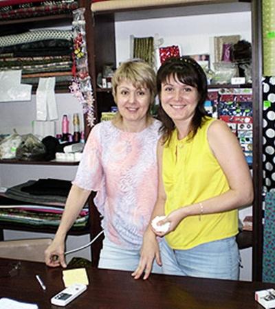 Любовь Николаевна приобщает к делу и свою дочь.