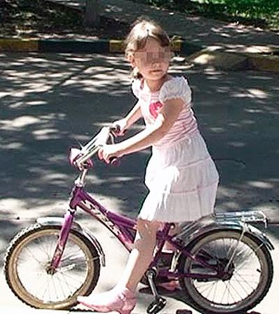 Дочь Бориса Ливанова и его бывшей жены Еliкатерины Ева - инвалид по слуху. Но мама отпускает ее одну кататься на велосипеде.
