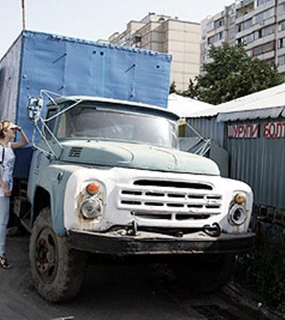 Улицы и дворы Киева медленно превращаются в автомобильную свалку.