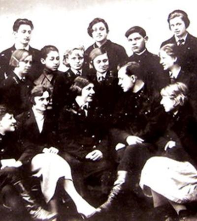 1937 г. Первый начальник ДЖД Иван Слепов с активом юных железнодорожников.