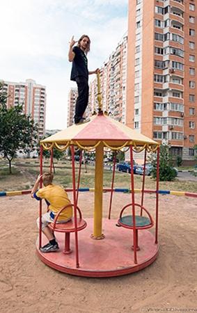Жертвой руферского вандализма стала и детская площадка. На фото она еще не разрушена, до неё добежали лишь первые руферы.