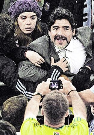 Диего Марадону от драки с болельщиками спасла дочь Джанина (слева), сдержавшая эмоционального папу.