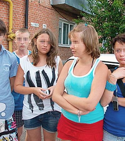 Маша (в голубой майке) пыталась спасти подругу Свету Дюмбетову, но не смогла.