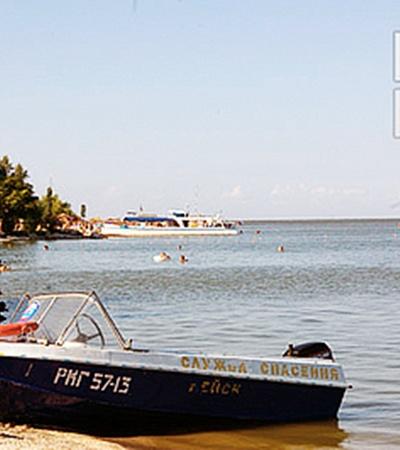 Отсюда на катере (вдали стоит) детей повезли на экскурсию на остров.