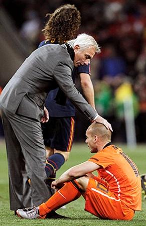 Тренер голландцев Берт ван Марвейк утешал своих подопечных.