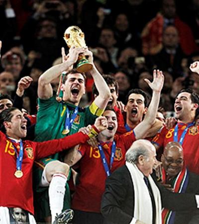 Капитан сборной Испании Икер Касильяс поднял над головой Кубок мира.