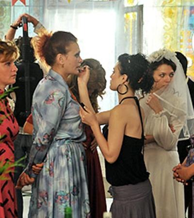 Назад в 80-е: жительниц Светлогорска гриммируют для сцены свадьбы в ресторане.