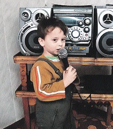 Кирилл очень любит караоке - песни отцу поет, благо Николай Степанович - слушатель благодарный.