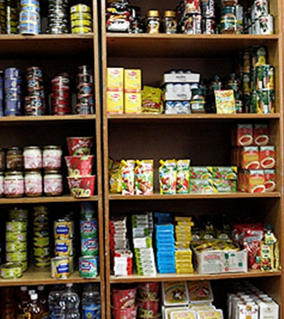 Ассортимент местного магазина не велик, но все же - «добавка» к трехразовой тюремной кухне.