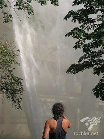 Авария на водопроводе собрала много очевидцев с фотоаппаратами