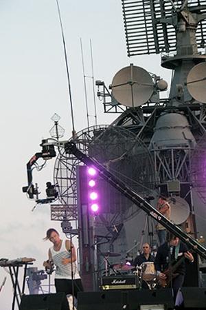 Первый концерт Илья Лагутенко и его «экипаж» дали на палубе большого десантного корабля «Керчь», который стоит в Севастопольской бухте.