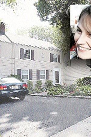 К жилищу Синтии Мерфи (Лидии Гурьевой) уже вовсю прицениваются соседи и местные зеваки.
