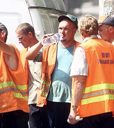 Ремонт дороги не отменишь - спасает рабочих только вода.