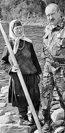 Агафья Лыкова и глава администрации Таштагола Владимир Николаевич Макута.