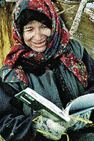 Агафья читает привезенную книжку. «А что значит «Таежный тупик»?» - «Это значит: дороги дальше нет». Моя собеседница понимающе улыбнулась: «Какая в нашей тайге дорога…»