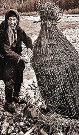 Никакого оружия у семьи не было. Только рыбу умели ловить. Когда все были в силе, ловили много. Сейчас одному человеку ловить трудно. Ребята из Таштагола много трудились, чтобы поставить «запруду». Но эту снасть большой осенней водой смыло.