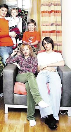 Игорь Кондратюк - не только умный ведущий,  но и заботливый семьянин. (На фото с женой Александрой и тремя детьми: сыновьями Сергеем и Данилой и дочкой Полиной).
