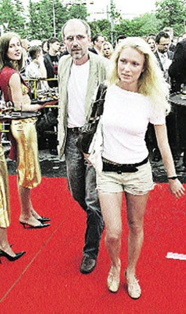 Образ рокового интеллектуала Александру Гордону помогают поддерживать красивые девушки (на фото - с экс-супругой Катей).