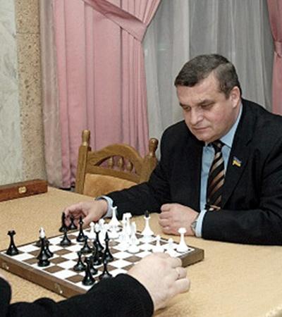 Разносторонний Александр Черноморов. Он и законопроекты пишет, и в шахматы грает, и рыбу удит.