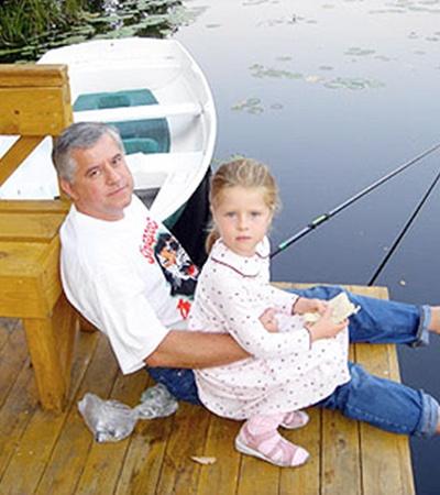 Анатолий Кинах любит поудить рыбу с дочкой Софийкой.