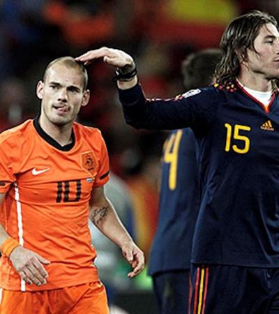 Уэсли Снайдер (слева) на чемпионате мира забил 5 мячей.