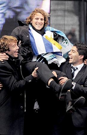 Партнеры по команде готовы носить Диего Форлана на руках.