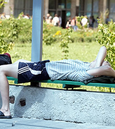 Многие ребята занимали очереди еще с вечера испали прямо на скамеечках под вузами.