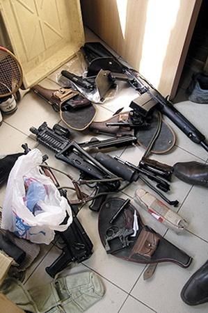 По мнению милиции, Артем Дериглазов переделывал макеты стрелкового оружия в боевые стволы.