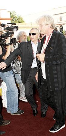 Главная звезда фестиваля Рутгер Хауэр смог пройти по красной дорожке только благодаря охране.