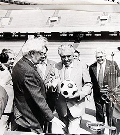 Готовность олимпийского стадиона принимал первый секретарь КПУ Владимир Щербицкий, он же и забил первый символический гол (на фото с мячом. Слева от него Павел Есипенко).