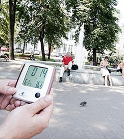 Фонтан на Контрактовой площади от зноя не спасает. На термометре +36,5. Африка!