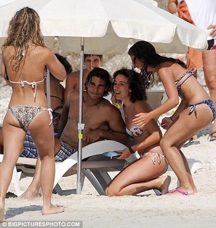 В течении всего лишь нескольких минут, звезду окружили несколько девушек выпрашивая совместное фото на память