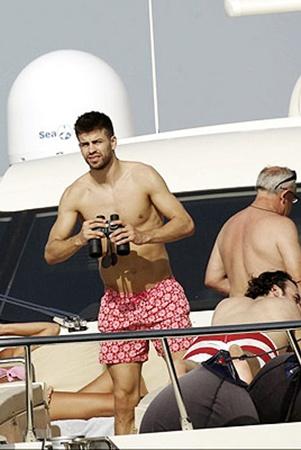Пике отдыхает на яхте в пестрых штанцах.