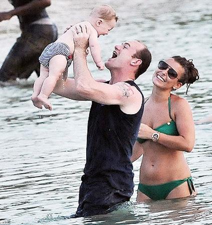 Руни вместе с сынишкой и женой на Барбадосе.