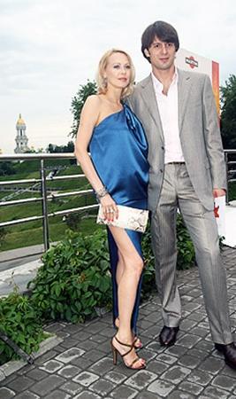 Ольга и Александр познакомились еще в 2001 году, когда Аленова собиралась уезжать в США, чтобы выйти там замуж. Но судьба все равно свела их вместе.