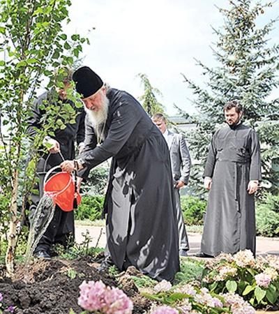 Деревце патриарха будет расти рядом с другой березой, посаженной его предшественником.