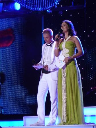 Прямая трансляция конкурса началась ровно в 22:00. Вести его доверили Маше Ефросининой и Андрею Доманскому.