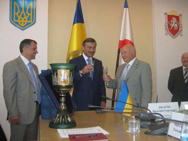 Сначала мэр Москвы удивился: «Я спиртного не пью!» Но потом все же бокал в руки взял, сказав своим замам и членам делегации: «Завидуйте!».