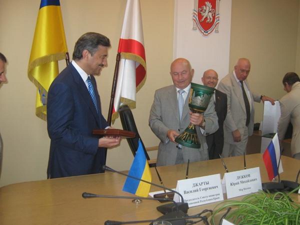 Джарты и Лужков обменялись сувенирами.Фото автора