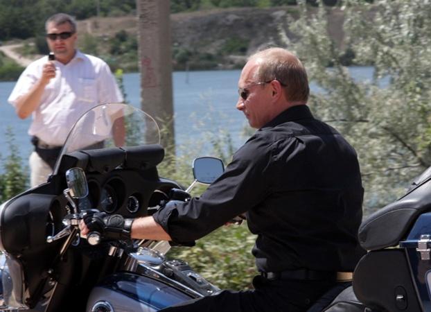 Путин попросил байкеров беречь себя и своих близких. Фото Василия Батанова