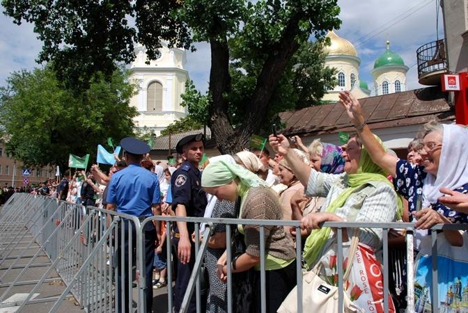 Люди стоят в ожидании патриарха Кирилла