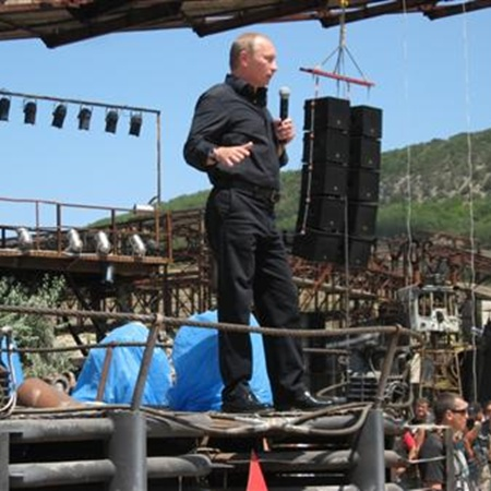 Путин выступает перед байкерами. Фото Василия Батанова