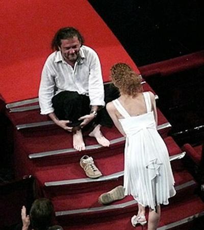 Режиссер фильма-победителя «Детям до 16…» Андрей Кавун отизбытка чувств разулся прямо перед сценой Национальной оперы.