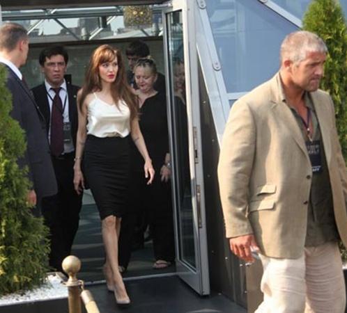Анджелину охраняли не только московские секьюрити, но и ее личный бодигард, который сопровождает звезду в поездках уже много лет (на фото он справа).