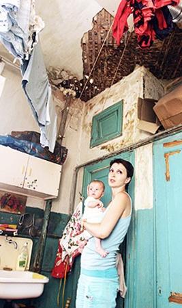 Наталья Тишакова вынуждена купать грудного ребенка в ванной с обваливающимся потолком.