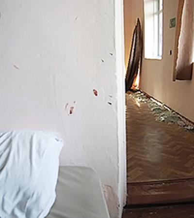 В здании лагеря выбиты стекла.